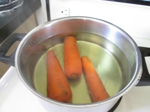 2. Отдельно отправить вариться морковь. В рецепт приготовления простого салата с кукурузой можно использовать и другие овощи, которые есть под рукой.