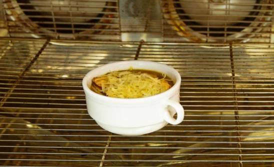 Ставим тарелки с супом в духовку и запекаем пока не расплавится сыр.