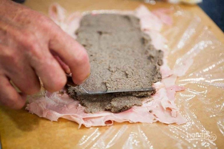 4.Смажьте ветчину грибной пастой.