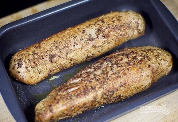 5. После обжарки переложите мясо в жаропрочную форму и отправьте в духовку.