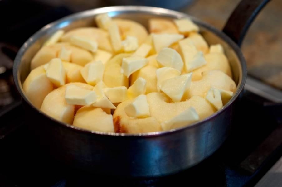 Когда карамель остынет, аккуратно и плотно к друг другу, выкладываем яблоки.