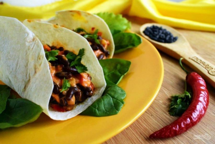 Наполните тортильи начинкой, посыпьте зеленью и подавайте к столу. Приятного аппетита!