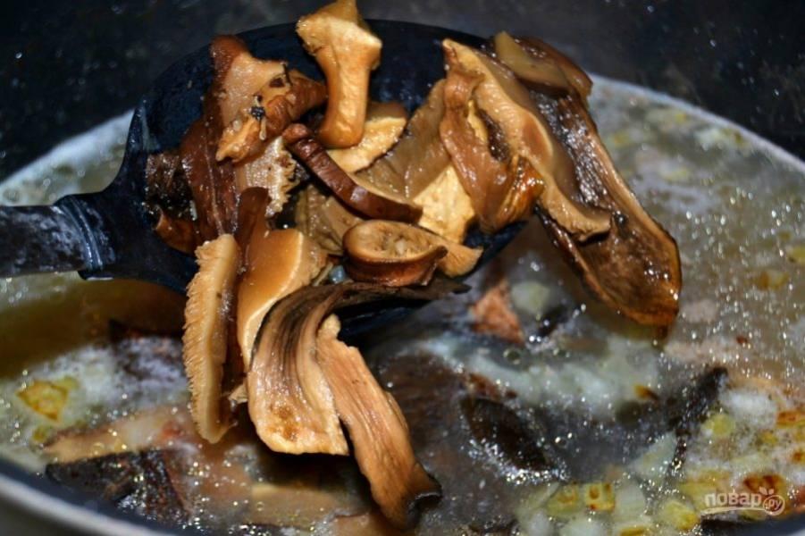 7.После закипания уменьшите огонь, варите грибы на минимальном огне около 30-40 минут.
