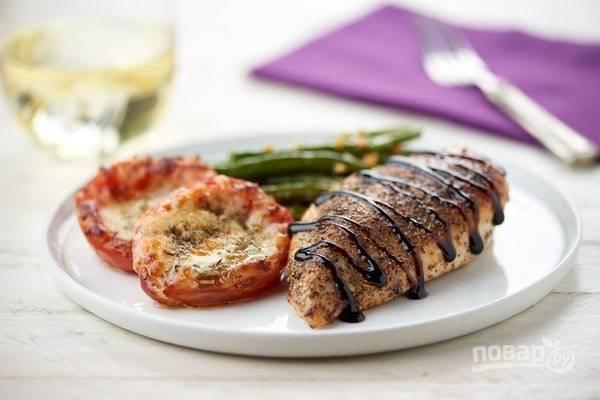 5. Подавайте грудку с помидорами и фасолью. Сверху добавьте уксус. Приятного аппетита!