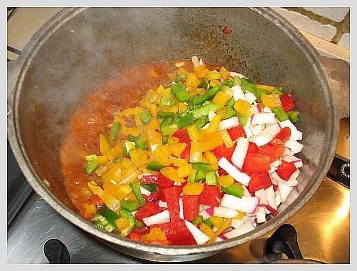 Дайте покипеть помидорам пять минут и добавьте нарезанные овощи. Добавьте ложку соли.