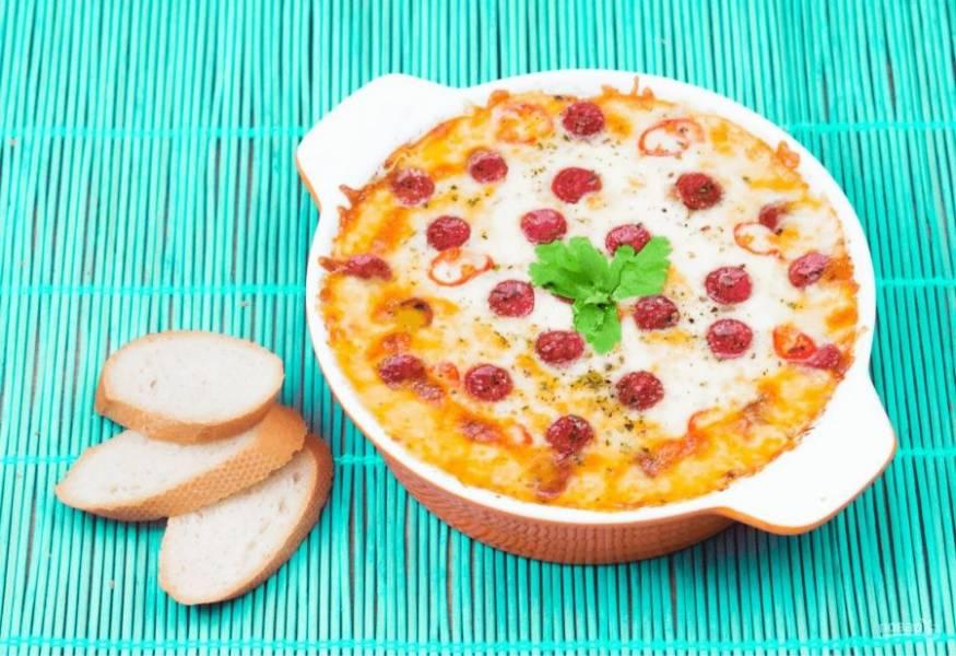 3. Запекайте пиццу в разогретой до 180 градусов духовке примерно 20 минут. Подавайте с хлебом, гренками, тостами или чипсами. Приятного аппетита!