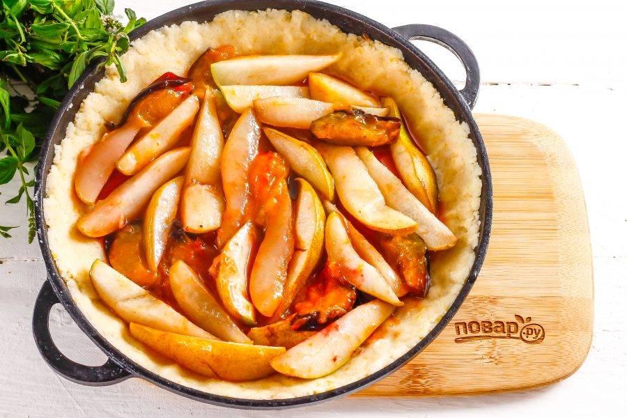 В середину формы на тесто выложите карамелизированную фруктовую нарезку и аккуратно распределите ее. Поместите форму в духовку на 25-30 минут.