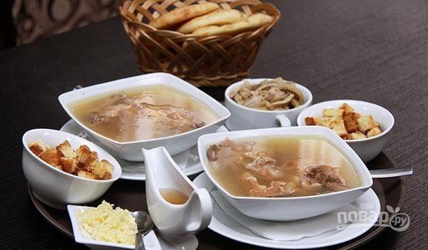 В бульон из-под копыт добавьте соль по вкусу и мясо, отделённое от кости, вместе с рубцом, нарезанным кусочками. Приятного аппетита!