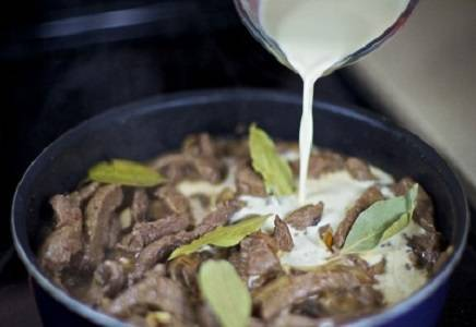 9. Затем залить в сковороду сливки и перемешать содержимое.