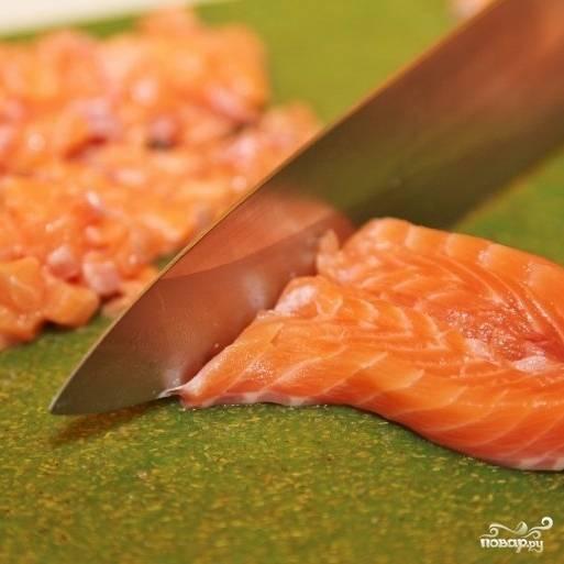 Филе лосося нарезаем на небольшие кубики.