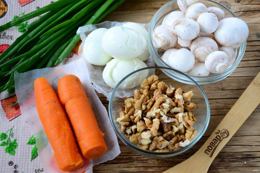 Подготовьте все необходимые ингредиенты. Морковь отварите до мягкости, яйца отварите вкрутую.