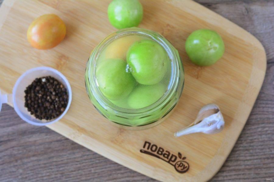 Залейте помидоры рассолом и отправьте в темное и прохладное место на 7-8 дней. Под банку установите поддон, так как помидоры будут бродить и может выделяться жидкость.