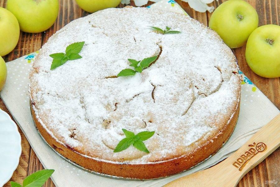 8. Диетический пирог с яблоками готов. Перед подачей можно украсить пирог сахарной пудрой.