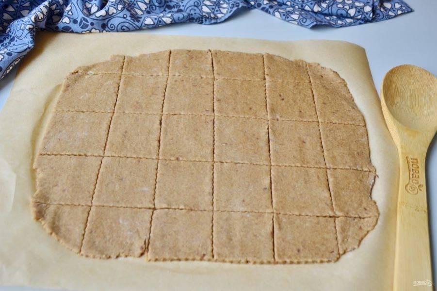 Вот как на фото. Мое печенье готово к выпечке. Отправьте его в духовку на 8-10 минут, если толщина 5-7 мм. Если толщина больше, то время нужно увеличить. Я пеку на средней полке.