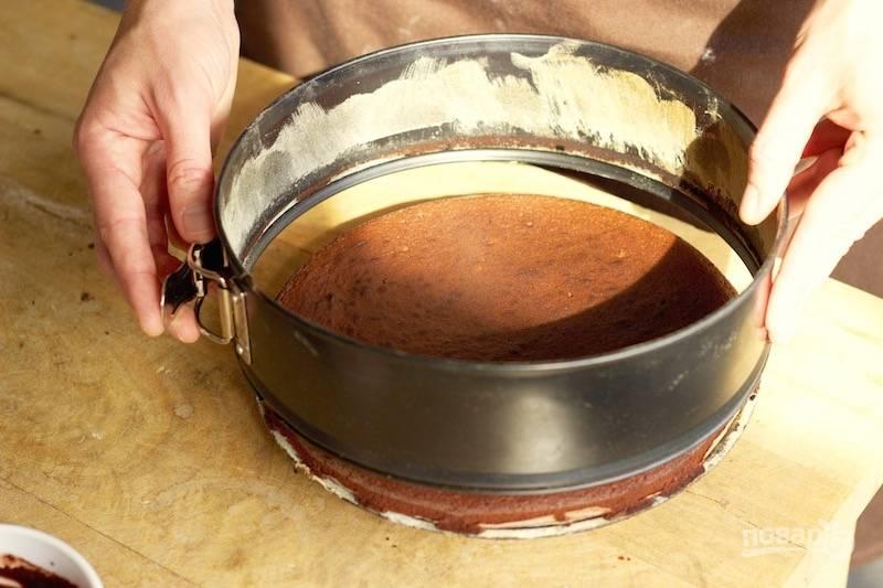 12. Отправьте в духовку и выпекайте каждый корж до готовности минут 20-25. После аккуратно достаньте корж из формы и остудите. Повторите со вторым коржом.