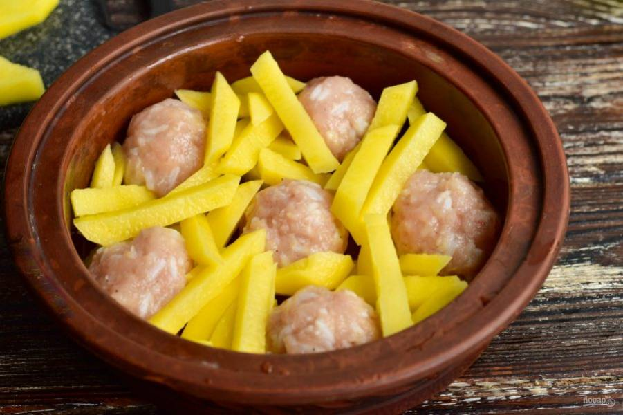 Выложите нарезанный картофель, посолите его по вкусу. Отправьте форму в разогретую до 190 градусов духовку на 45-50 минут.