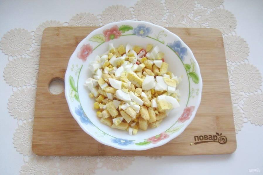 Яйца сварите вкрутую, охладите, очистите и мелко нарежьте.