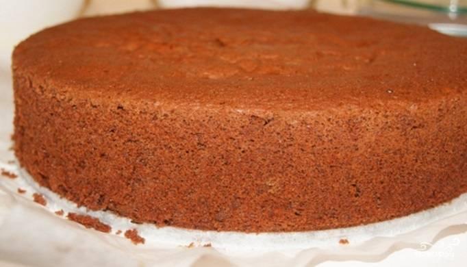 После выпечки остудите бисквит в форме. Затем достаньте его и оставьте на 24 часа. Спустя это время разрежьте его на 3 части вдоль.