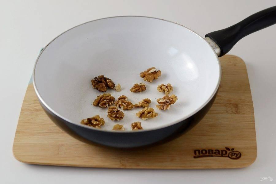 На сухой сковороде обжарьте грецкий орех.