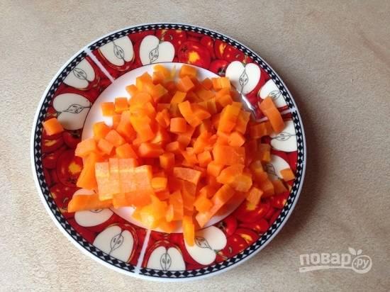 Очистим и нарежем кубиками морковь.