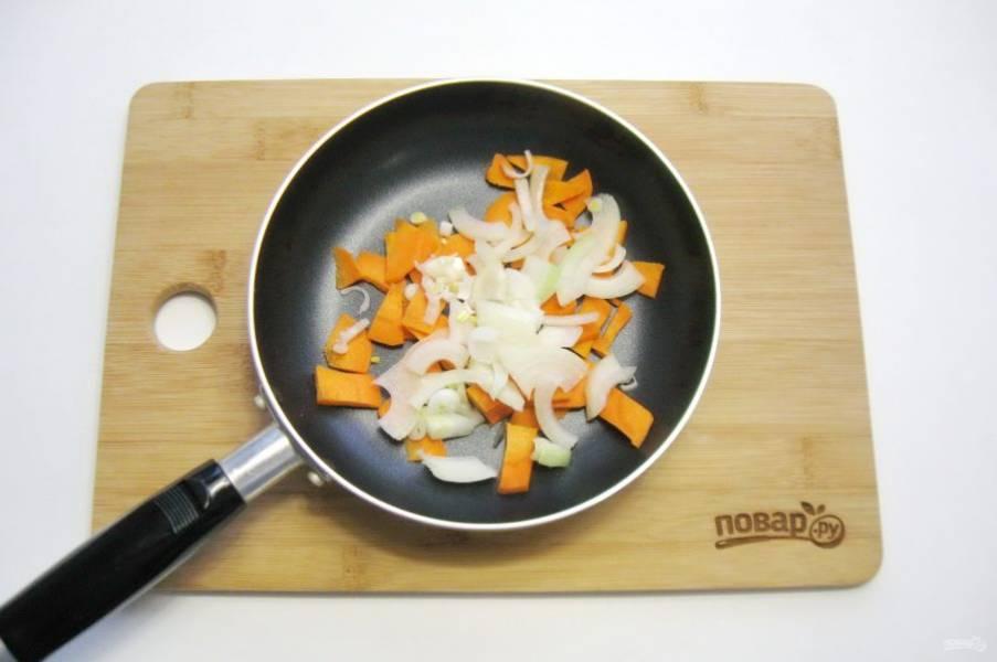 Морковь и лук очистите, помойте и нарежьте. Выложите в сковороду.