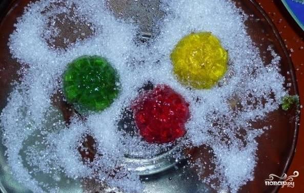2. Когда наш мармелад застынет, вынимаем его из формочек (для этого на водяной бане буквально минуту подержите форму, тогда мармелад сам выпадет из формы). Теперь можно обмакнуть его в сахаре и подавать к столу. Дети очень любят такой фруктово-ягодный мармелад.