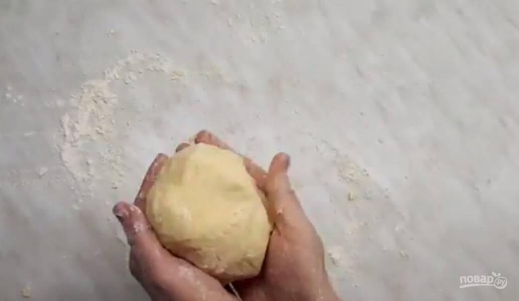2. Тесто должно получиться слегка крутым, поэтому его нужно замесить руками на столе. Дайте тесту отдохнуть в течение 15 минут в холодильнике. Форму диаметром 20см застелите пергаментом.