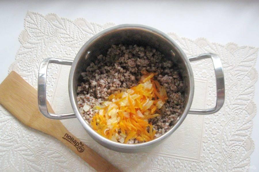 После выложите овощи в кастрюлю с гречневой кашей.