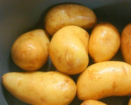 Картофель промойте, а затем отварите прямо в мундирах.