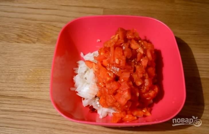 5.В миске смешиваем измельченный лук, чеснок и томаты, перемешиваем и отставляем в сторону.