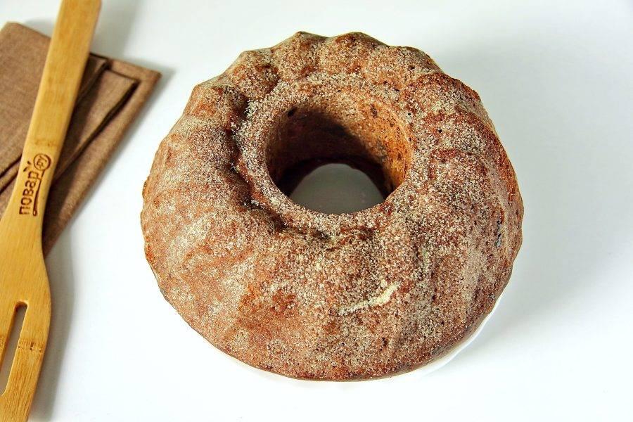 Выпекайте в разогретой до 180 градусов духовке около 30-40 минут. Готовность проверяйте деревянной шпажкой. Готовому шоколадному кексу дайте немного остыть в форме, затем аккуратно извлеките и переложите на тарелку.