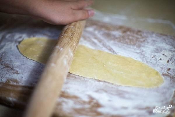 4. Раскатайте кусочки теста полосками, чтобы в них можно было завернуть вишню. По длине ориентируйтесь на размера вашего противня. Толщина полосок должна быть не более двух миллиметров.