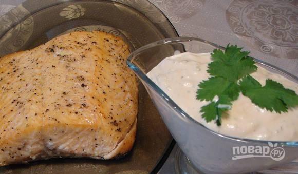 Рыбу слегка остудите, положите в соусник любой соус к рыбе. Подавайте форель теплой вместе с гарниром из цветной капусты.
