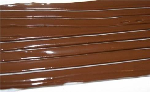 14. При желании из растопленного шоколада можно сделать спиральки, которые после застывания разместить на торте.