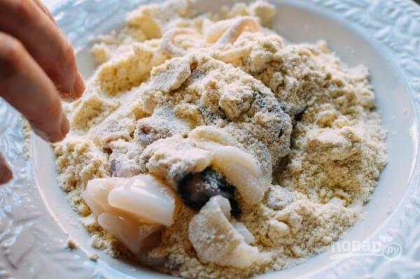 2.Смешайте муку (все виды), манку, добавьте соль и перец. Выложите морепродукты в мучную смесь.