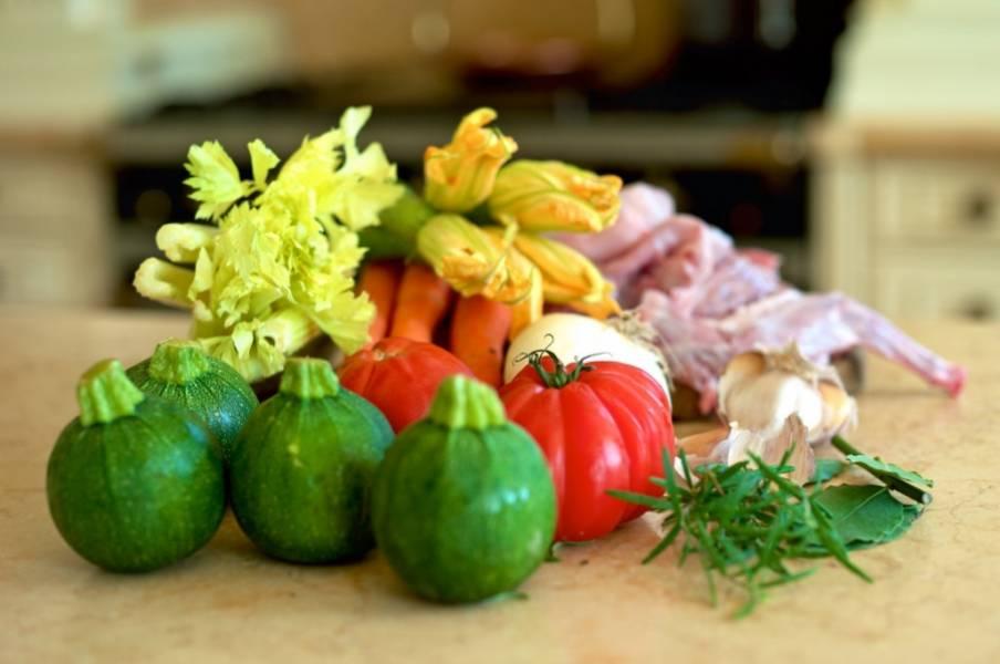 1. Вот такой набор необходимых ингредиентов для приготовления кролика в томатном соке. Ну и, конечно же, томатный сок.
