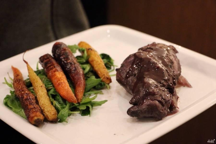 """Готового тушеного кролика в мультиварке """"Редмонд"""" подавайте с морковкой и зеленью. Приятного аппетита!"""
