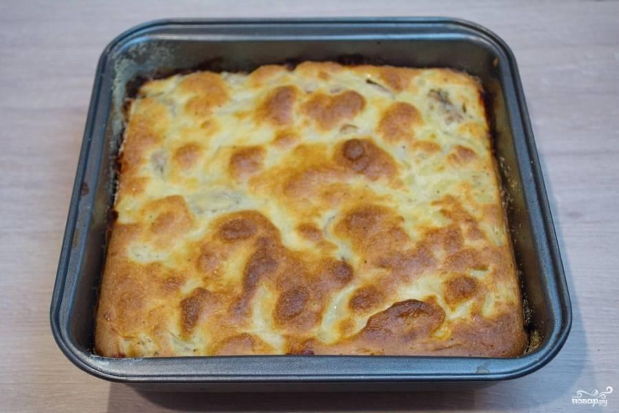 9. Разогрейте духовку до 180 градусов. Запекайте пирог в духовке около 30 минут, до образования характерной корочки.