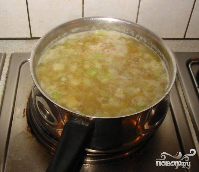 4.Добавить оставшиеся ингредиенты в кастрюлю, кроме молока/сметаны. Довести до кипения и дать покипеть на слабом огне до готовности. Если Вы хотите оставить картофель кубиками, готовить суп 15-17 минут, пока картофель не станет мягким. Если Вы хотите сделать пюре из картофеля, готовить приблизительно 20 минут. Затем при помощи специального инструмента размять картофель в пюре прямо в кастрюле. Так же можно использовать блендер.