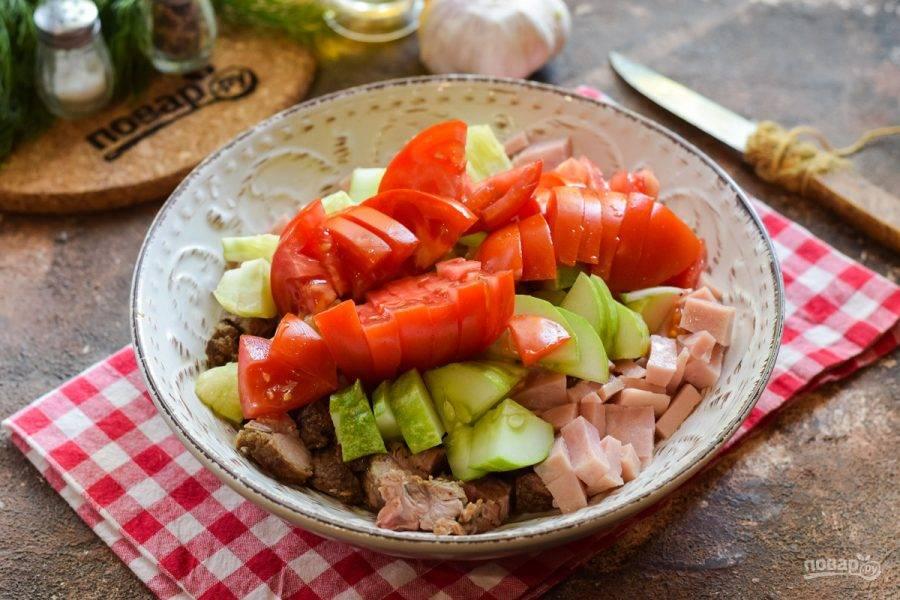 Помидор ополосните и просушите, нарежьте дольками и добавьте в салат.