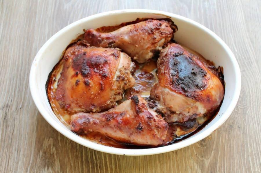 Запекайте ножки при температуре 180 градусов в течение 40 минут, до готовности. Готовые ножки достаньте из духовки и сразу подавайте к столу.