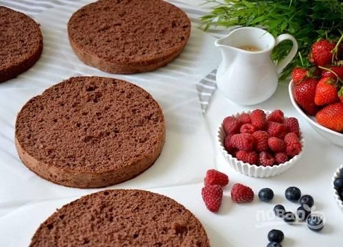 Бисквит остужаем. Желательно испечь его за день до того, как будете собирать торт. Разрезаем бисквит на коржи.