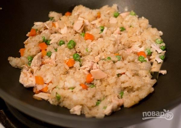 7. Готовое блюдо украсьте омлетом и подавайте горячим.
