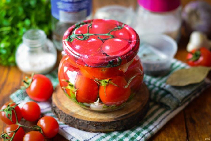 Храните помидоры в темной и прохладной кладовой. С водкой их срок хранения увеличивается в 1,5-2 раза. Кроме того, помидоры получаются упругими и немного хрустящими. Выход 1 порции - банка объемом 400 грамм.