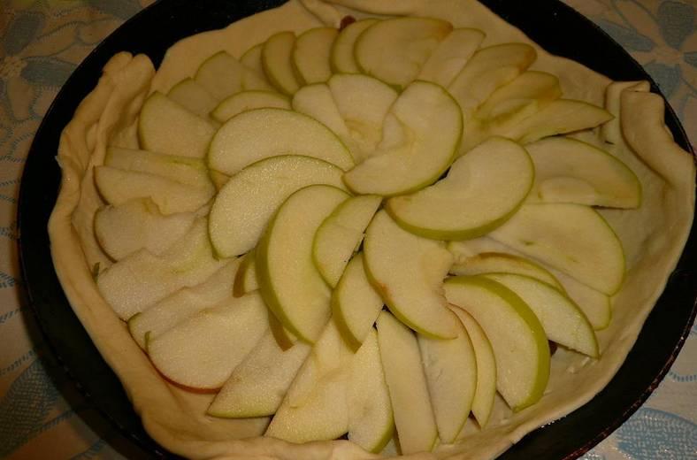 Сверху красиво выкладываем дольки яблок.