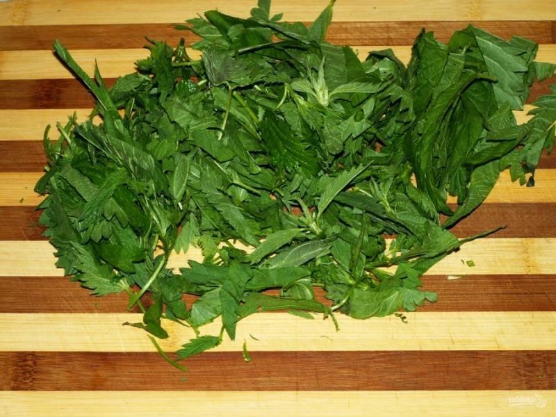 Порежьте листья крапивы.