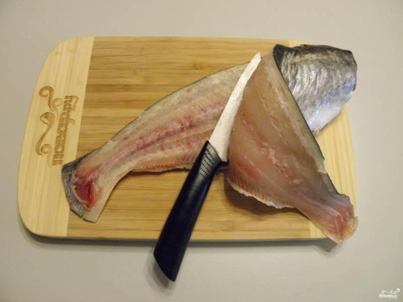 Острым ножом снимите филе с хребта.