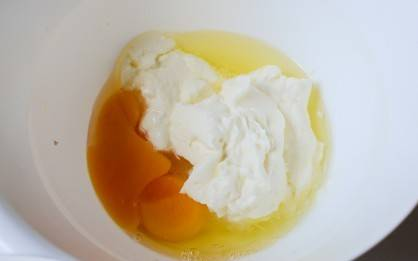 В миске смешать яйца и сливки.