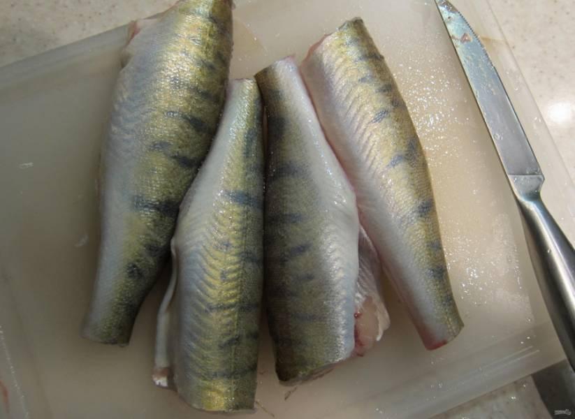 2.Разрезаю брюхо, удаляю все внутренности, тщательно промываю рыбу под проточной водой.