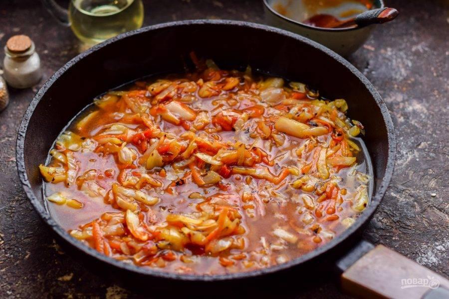 Влейте в сковороду воду, тушите капусту 25-30 минут на небольшом огне. Готовое блюдо отрегулируйте по вкусу.